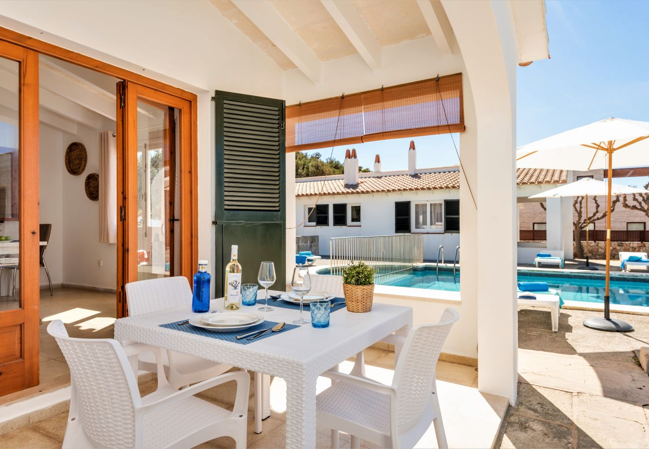 Outdoor terrace to enjoy the good weather in Menorca, next to the Calan Brut swimming pool.